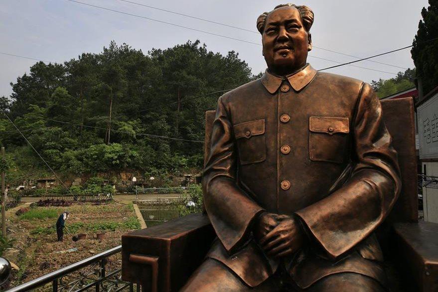 Una escultura del exlíder Mao Zedong en una granja en Shaoshan (China). (Foto Prensa Libre: EFE).