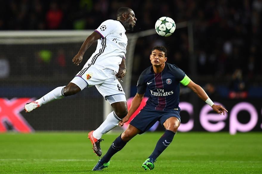Thiago Silva observa a  Seydou Doumbia durante el duelo que ganó el PSG. (Foto Prensa Libre: AFP)