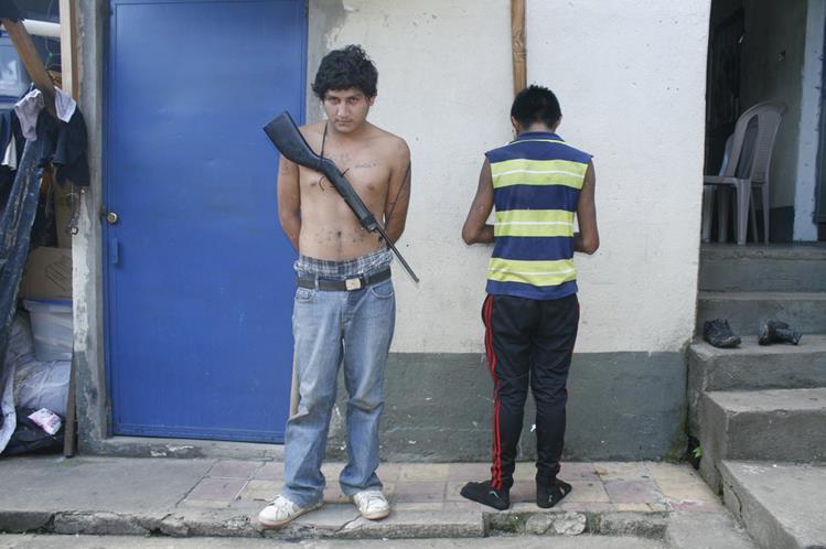José Manuel Jacobo Pérez y un menor son detenidos en Barberena, Santa Rosa, sindicados de asaltar a transeúntes. (Foto Prensa Libre: Oswaldo Cardona)