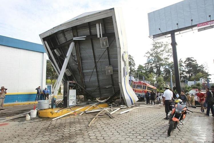 Un bus extraurbano se empotró en una gasolinera. (Foto Prensa Libre: Érick Ávila)