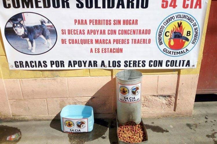 Los bomberos también solicitan apoyo para mantener el espacio para que los animales puedan comer. (Foto Prensa Libre: Jhon Monsalve)