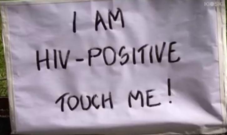 Este es el cartel que escribió Janne para realizar el desafío. (Foto Prensa Libre: Youtube)