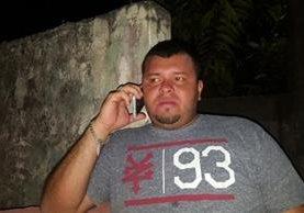 El alcalde Amílcar Alvarado Maltez realiza una llamada después del atentado del que fuera víctima. (Fotos Prensa Libre: Melvin Jacinto Popá).