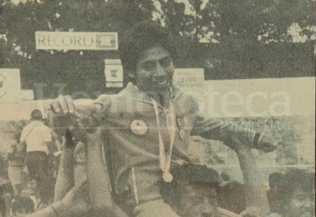 Carlos Motta es recibido como un campeón en el Estadio Mateo Flores el 16 de agosto de 1984. (Foto: Hemeroteca PL)