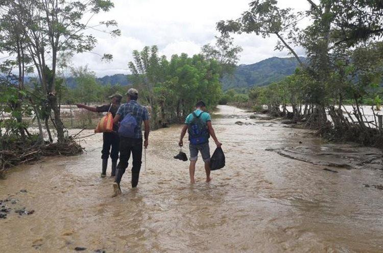 Las calles de varias comunidades de Los Amates están inundadas por el desborde del río Jubuco. (Foto Prensa Libre: Dony Stewart)