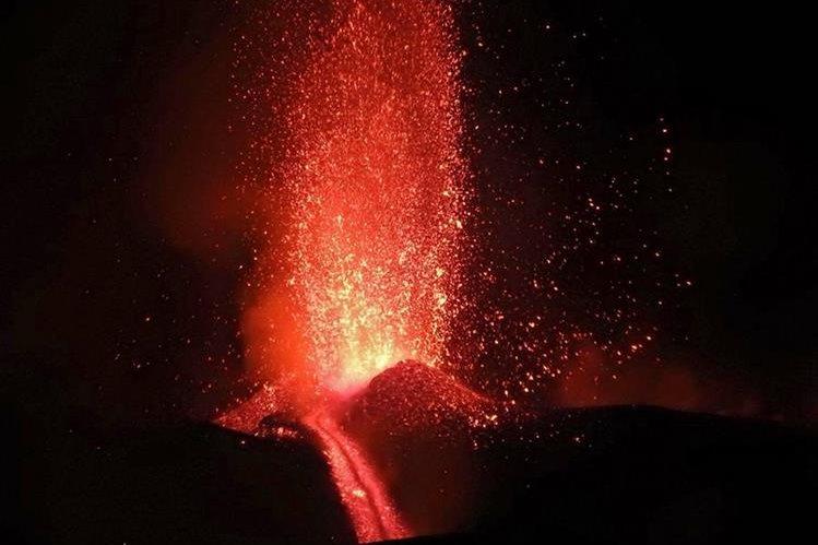 Espectacular erupción del volcán Etna en Italia. (Foto Prensa Libre: EFE).