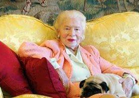 Una imagen tomada el 11 de enero 2002 muestra Madame Carven, fundador de la casa de moda Carven, posando con su perro Naza en su casa de París. Ella fue una fuerte impulsora de la adopción de la moda posguerra francesa. (Foto Prensa Libre AFP).