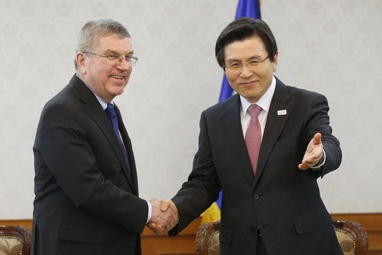 El exprimer ministro surcoreano y presidente en funciones, Hwang Kyo-ahn (d), da la bienvenida al presidente del Comité Olímpico Internacional, Thomas Bach, durante su reunión en Seúl (Corea del Sur), hoy, 14 de marzo de 2017.