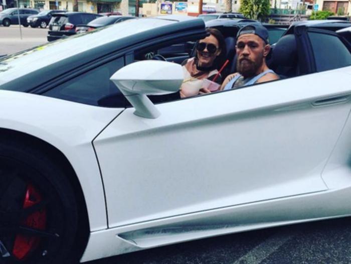 Conor McGregor luce sus autos, en los que tiene una gran inversión. (Foto tomada de redes)