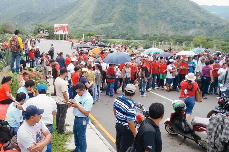 Trabajadores de  Salud de Cuilapa, Santa Rosa, bloquean km 65 de ruta a El Salvador y piden abastecimiento de insumos y medicamentos. (Foto Prensa Libre: Oswaldo Cardona)
