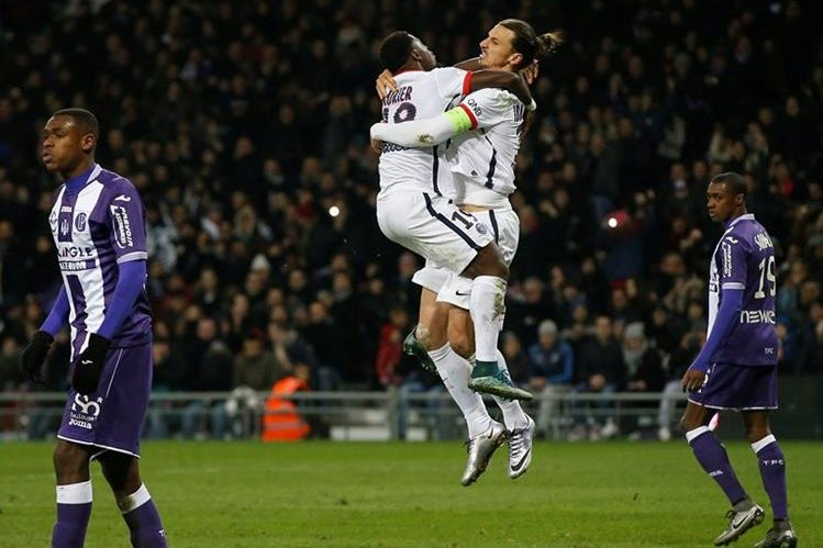 Zlatan Ibrahimovic volvió a salvar al PSG este sábado. (Foto Prensa Libre: EFE)