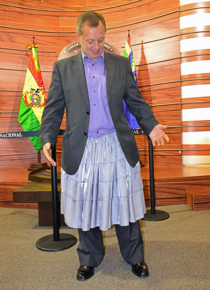 El político se viste con una falda andina este viernes. (Foto Prensa Libre: EFE).
