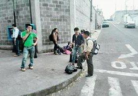 Usuarios de autobuses a Quiché buscan otro medio de transporte debido al paro ocasionado por los ataques a pilotos. (Foto Prensa Libre: Estuardo Paredes)