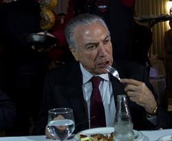 La prensa brasileña criticó la comilona de Temer para tratar de apaciguar por la polémica de carne podrida. (Foto Prensa Libre: EFE)