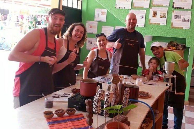 Turistas aprenden el proceso de elaboración de chocolate artesanal en el Chocomuseo, en Antigua Guatemala, Sacatepéquez. (Foto Prensa Libre: Cortesía Chocomuseo)