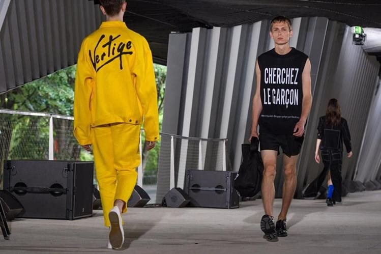 Los modelos presentan la colección primavera-verano 2018 para hombres de Etudes durante la Semana de la Moda en París. (Foto Prensa Libre: EFE)