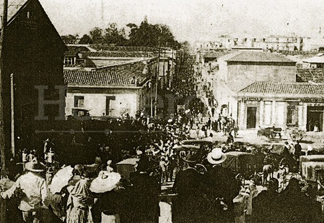 Foto tomada desde las gradas del calvario donde se ve la Calle Real (6a. avenida) llena de manifestantes en contra de Estrada Cabrera el 11 de marzo de 1920. (Foto: Hemeroteca PL)