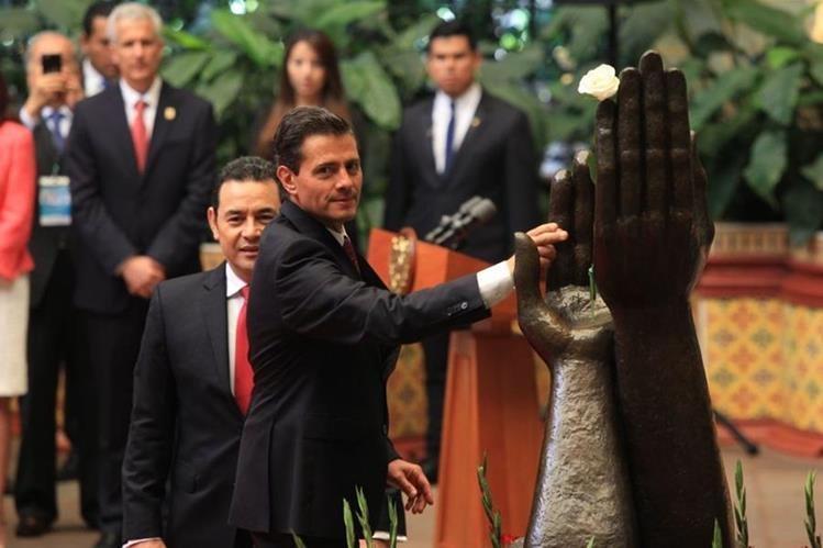 La Rosa de la Paz fue cambiada por el presidente mexicano Enrique Peña Nieto, en el Palacio Nacional de la Cultura. (Foto Prensa Libre: Esbin García)
