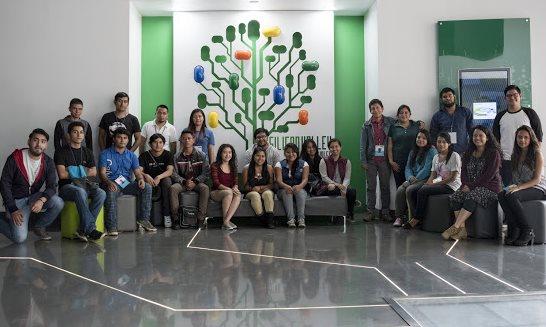 Unos 40 jóvenes concluyeron recientemente el curso de tecnología del programa Valentina. (Foto Prensa Libre: Cortesía)