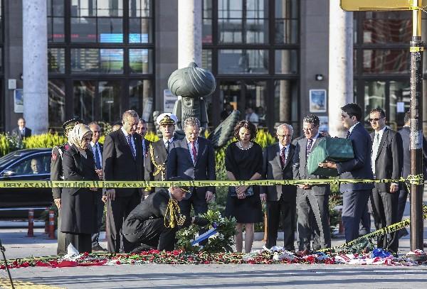El presidente islamo-conservador turco Recep Tayyip Erdogan rindió homenaje a las víctimas en Ankara.