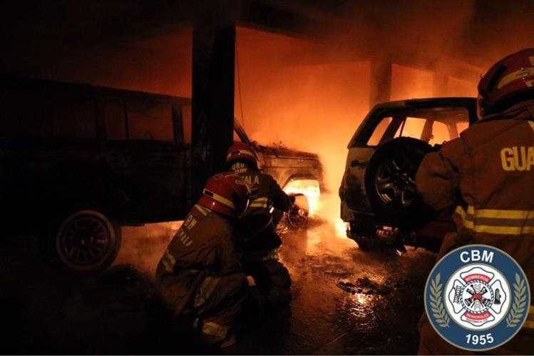 Socorristas combaten incendio en la zona 10, en el que dos vehículos quedaron destruidos. (Foto Prensa Libre: Bomberos Municipales)