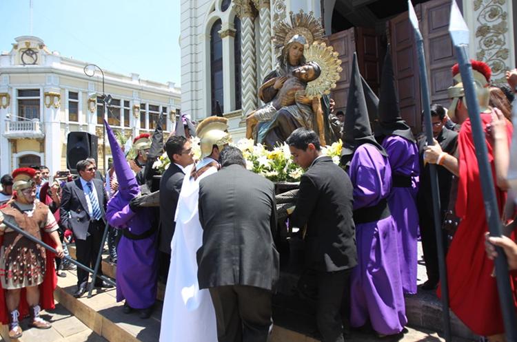 Nuestra Señora de la Piedad salió del templo El Calvario a las 12 del mediodía. (Foto Prensa Libre: Óscar Rivas)