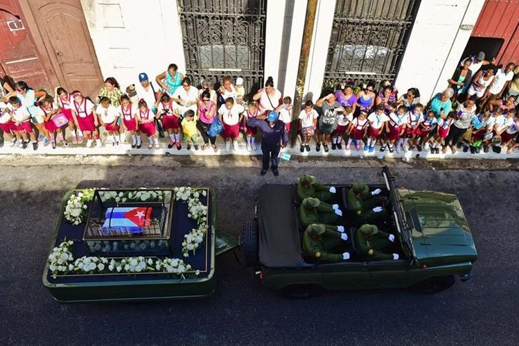 Cubanos saludan a la comitiva que transporta las cenizas del líder revolucionario Fidel Castro. (Foto Prensa Libre: EFE).