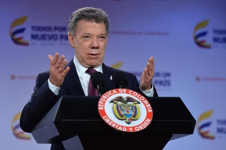 El presidente colombiano, Juan Manuel Santos, habla en la sede de gobierno sobre la instauración de un diálogo nacional para la paz. (Foto Prensa Libre: AFP).