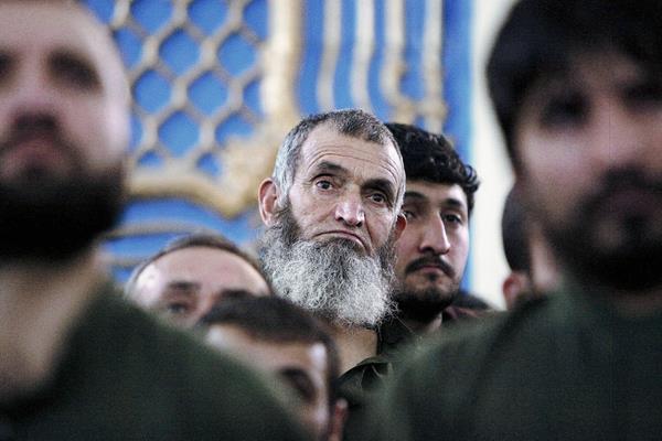 Uno de los hombres acusados escucha la sentencia del tribunal afgano. (Foto Prensa Libre: EFE).