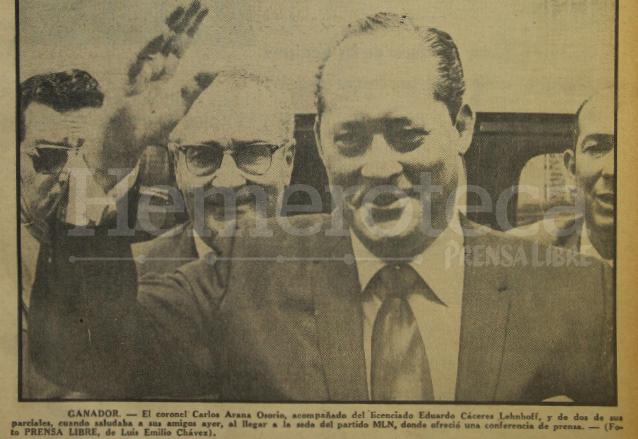 Carlos Arana levanta la mano en señal de triunfo, en marzo de 1970. (Foto: Hemeroteca PL)