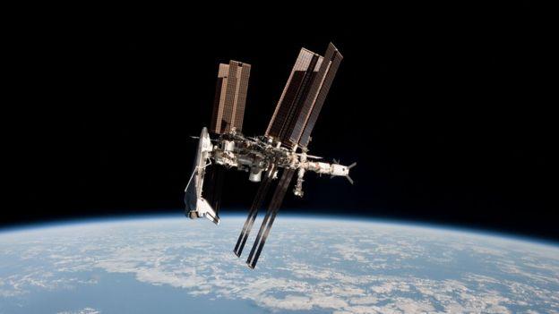 Las comunicaciones satelitales son las más afectadas por las tormentas solares, lo que causa que servicios como la telefonía, el internet o la televisión queden suspendidos de forma temporal. GETTY IMAGES