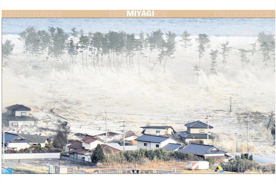 La prensa japonesa capta el momento en que el tsunami irrumpe en la costa de Natori, en la provincia japonesa de Miyagi, una de las zonas más castigadas. 12/03/2011. (Foto: Hemeroteca PL)
