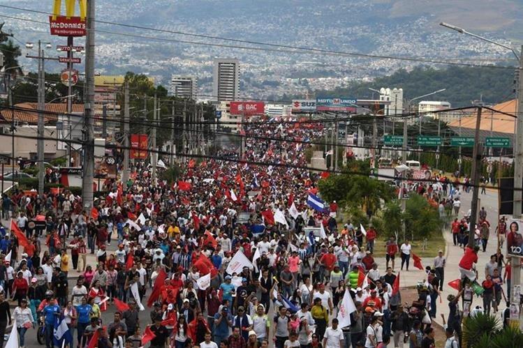 Miles de hondureños simpatizantes de la Alianza de Oposición contra la Dictadura protestaron ayer contra el presunto fraude en las elecciones generales y el continuismo del actual mandatario, Juan Orlando Hernández. (Foto Prensa Libre: AFP)