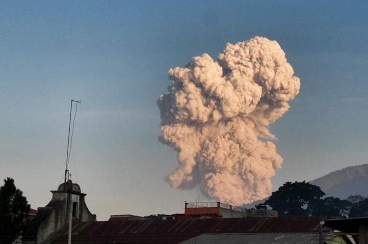 Humo de volcán Santiaguito se divisa desde Suchitepéquez.