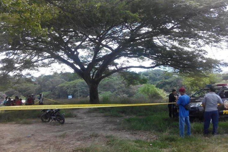 Agentes policiales resguardan el lugar donde un hombre murió baleado, en Sanarate, El Progreso. (Foto Prensa Libre: Hugo Oliva)