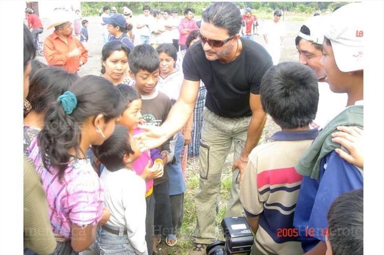Ricardo Arjona expresó palabras de aliento a vecinos de la aldea Panabaj, de Santiago Atitlán, Sololá, en octubre del 2005. (Foto Prensa Libre: Hemeroteca PL)