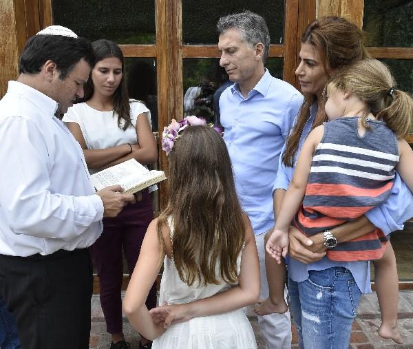 El presidente Mauricio Macri (3-d), su esposa Juliana Awada (2-d), y su hija Antonia, las hijas del fiscal Alberto Nisman, Iara (2-i) y Kala Nisman (c), y el rabino Marcelo Polakoff. (Foto Prensa LIbre:AFP).