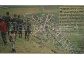 Detalle de la portada de Prensa Libre del 25 de enero de 1995 donde aparece la torre de transmisión eléctrica del INDE derribada. (Foto: Hemeroteca PL)