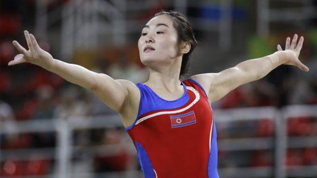 La representane norcoreana, que tiene más experiencia, conquistó la primera medalla en gimnasia para su país en los Juegos Olímpicos de Pekín en 2008. (AP)