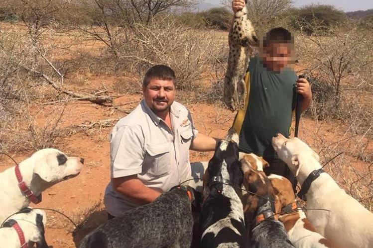 Scott van Zyl permanecía desaparecido desde el 7 de abril, cuando salió de caza junto a un guía y dos perros, en Zimbabue. (Foto Prensa Libre: Twitter)