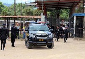 Agentes de la PNC trasladan cadáver del reo Pablo Asicona Ijom a la morgue de Xela. (Foto Prensa Libre: Carlos Ventura)