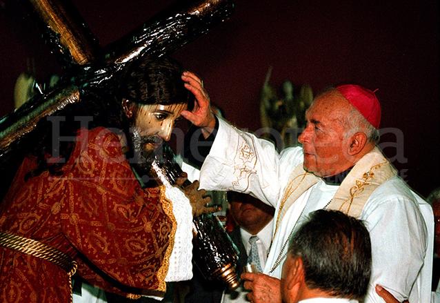 Monseñor Próspero Penados consagra a Jesús Nazareno de la Justicia del Templo El Calvario en 2000. (Foto: Hemeroteca PL)