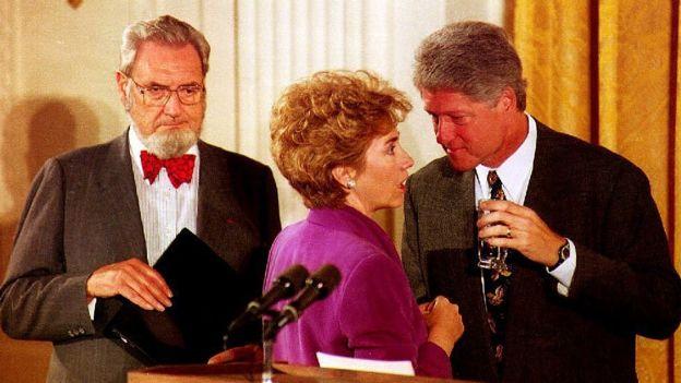 En los 90, Bill Clinton pidió a su esposa, Hillary, que impulsara una reforma de salud. (GETTY IMAGES).