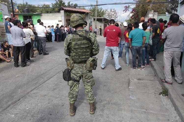 Un soldado vigila los alrededores de la vivienda de la alcandesa de Temixco, Gisela Mota, asesinada el sábado. (Foto Prensa Libre: AFP).