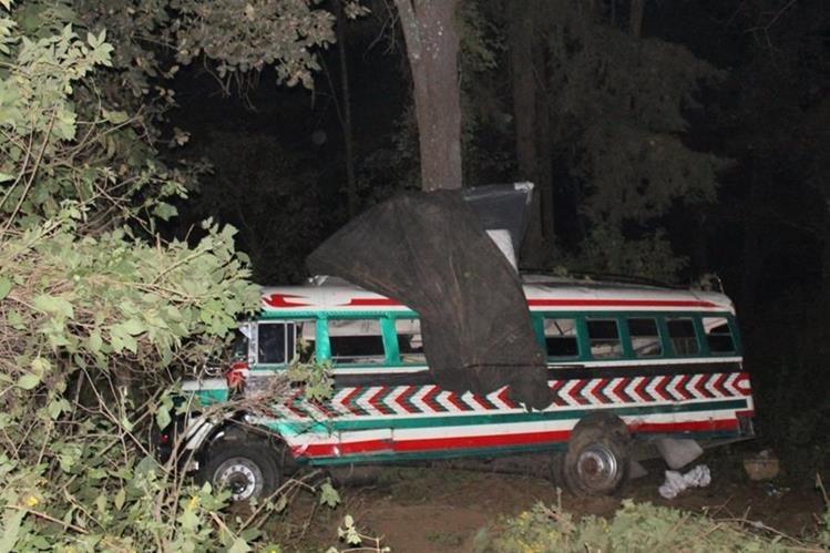 Autobús choca con árboles luego de haber caído a un barranco en Santa Catarina Ixtahuacán, Sololá. (Foto Prensa Libre: Ángel Julajuj)
