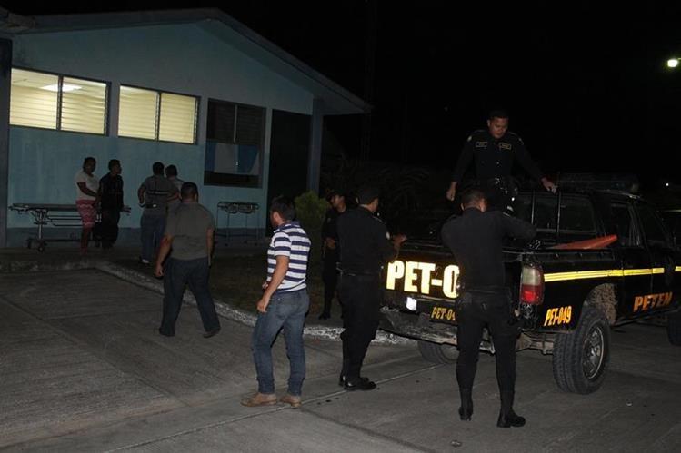 Agentes de la PNC trasladan el cadáver de Jessica Acevedo a la morgue de Poptún. (Foto Prensa Libre: Walfredo Obando)
