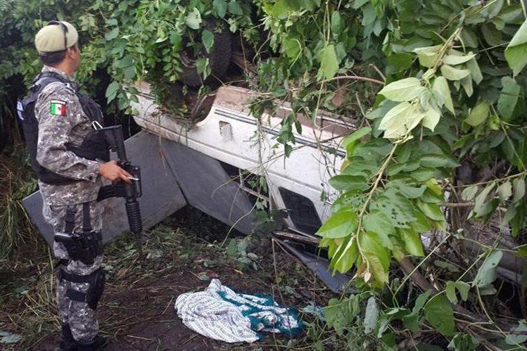 Así quedó el vehículo donde viajaban los indocumentados. (Foto Prensa Libre: EFE).