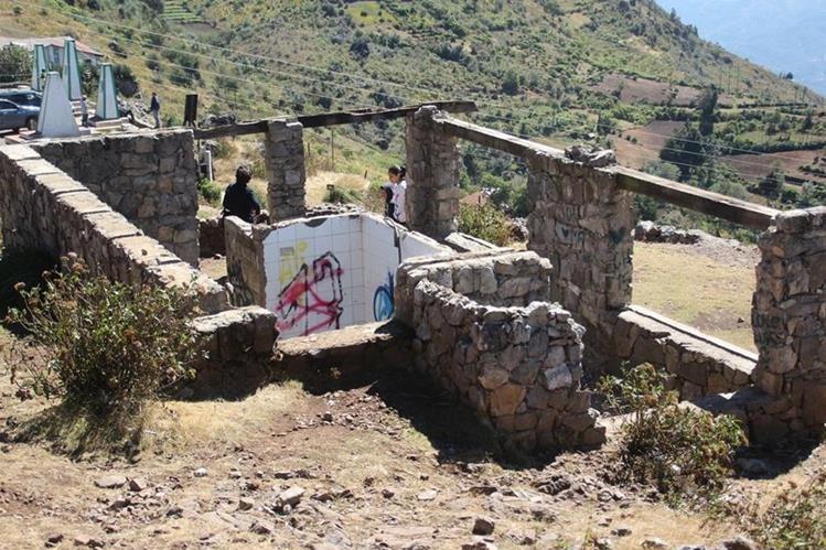 El fuerte viento dañó una de las cabañas del mirador Juan Diéguez Olaverri. (Foto Prensa Libre: Mike Castillo)