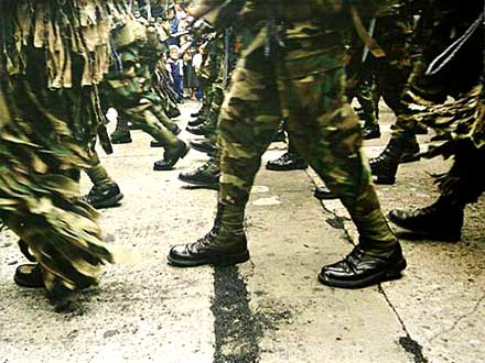 Rastros del carbón durante el Día del Ejército en 2001.  (Foto Prensa Libre: Hemeroteca PL)