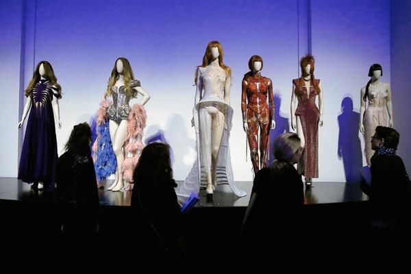 Visitantes observan  la  exposición dedicada al diseñador de moda francés Jean Paul Gaultier, que se inauguró el  30 de marzo de 2015, en  el Museo Grand Palais, de París, Francia.    Foto Prensa Libre:  AFP